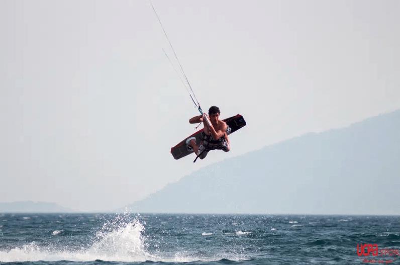 Kitesurf öğrenmek istermisiniz ?  Bir surf okuluna başvurun !